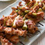 Yakitori是一只日本串的鸡肉,在烤架上煮熟,甜酱油或只是盐。你不腌鸡!非常适合娱乐一大群,因为它是一种手指食物。吃得很好吃,你不会意识到你吃了这么多鸡肉!