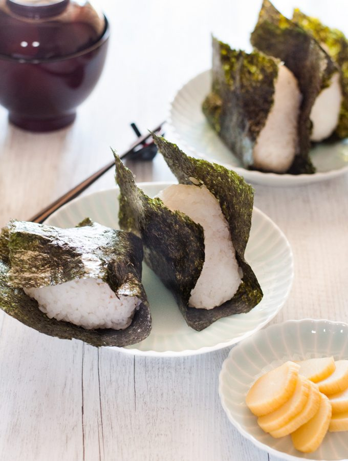 Nothing is more comforting than onigiri (おにぎり, Japanese rice ball) wrapped in yaki nori (roasted seaweed sheet) with salted grilled salmon inside the rice! It's such a simple food but it is so yummy that you can't stop eating. Instead of salmon or other popular protein, you can add pickled vegetables or pickled salty plum to make it 100% vegetarian.