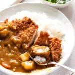 Katsu Curry只是日本咖喱的变体,顶部有鸡肉肉排。我使用了商店购买的日本咖喱roux块,通常用于日本家庭。鸡肉炸肉排将日本咖喱带到下一个水平。这是如此美味和灌装。