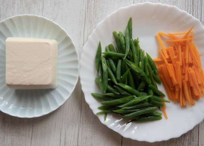 Main ingredients of Green Beans with Tofu Dressing are tofu, carrot and green beans.