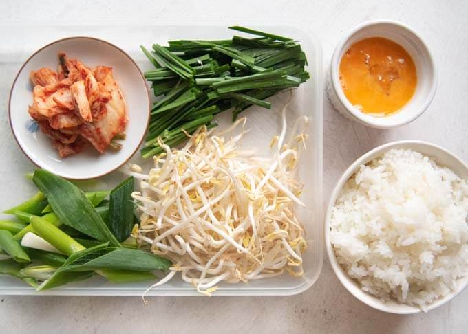 Ingredients to make Korean Beef Soup with Rice - Vegetables, egg & rice.